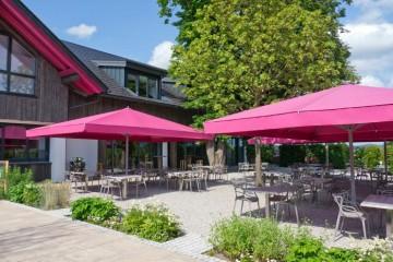 Parasols rectangulaires roses Caravita chez Dupont Kine