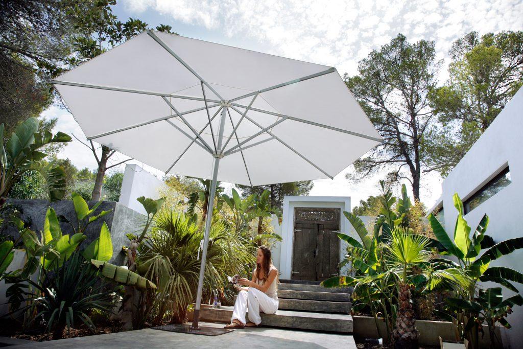 Parasol rond Caravita chez Dupont Kine